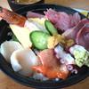 シェット - 料理写真:海鮮丼900円。お刺身もりもり~!嬉しい~♡ヽ(*´▽`*)ノ♡ うにもちょこんと乗ってるところも嬉しい。