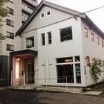 あじと cafe日びの - 外観写真:二階がレストラン、一階がカワイイ雑貨&おにぎり屋さん