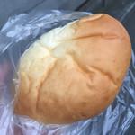パン焼き工房そーせーじ - クリームパン 税込135円。ヤワヤワフカフカ!
