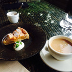スラッシュカフェ - アップルパイとアールグレイ。 ケーキセットの場合はハウスブレンドになります