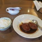 カフェマノワール - 半熟卵のかかったデミソースハンバーグ 1,000円(税込)