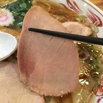 賀乃屋 - 豚モモの内モモ肉使用のチャーシュー。歯応えを感じるタイプ。