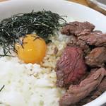 たにもと - 卵黄もついて、他人丼スタイルですね。 食感柔らかく、牛赤身肉より、もっとニクニクしい風味があるサガリ肉。