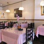 レストラン 桃山 - 壁には絵画が・・・