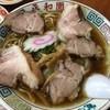 平和園 - 料理写真:チャーシューワンタンメン950円  山梨の昔ながらの中華そばをいただきました。老夫婦が営んでおり、客席は多いんだけど、2人で切り盛り。なのでスローペースです。  中細ちぢれ麺に鶏ベースのスープ。昔ながらのナルト、歯ごたえのあるチャーシューとなかなか美味しかった。