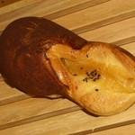 ファリーヌ - 料理写真:安納芋の焼きいもパン151円。スリッパの爪先カバーのような部分は全面シナモンで色づけ(苦笑)。食べるまで気づきませんでした、老眼なので。