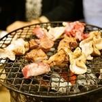 ホルモン焼 夏冬 - 豚のシロ、レバー、ハラミなどを炭火の七輪で焼きます
