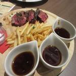カフェザンドゥー - メインのお肉はカリカリのフレンチフライの添えられたサーロインステーキです。
