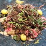 ラ・ボンヌターブル - 短角牛の炙り、柚子胡椒のアクセント、舞茸、ごぼう、銀杏、すべりひゆ