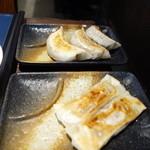 包龍 - 肉汁棒餃子皿盛りと焦がし醤油のにんにく餃子皿盛り