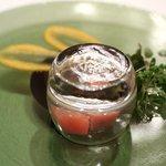 リストランテ カシーナ カナミッラ - 秋鮭のマリネと林檎、蓋をとるといいスモークの香りが