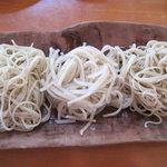 ほし - 山彩コースの蕎麦。くろがね(両脇)と白銀(中央)。