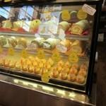 たまごハウス - 店内にはビタミンEや酵素たっぷりのゆう地卵を使った見事なケーキが並んでました。   2階とテラスに広くイートインコーナーを設けてある店内は10月よもあってハロウイン一色です。