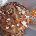 たまごハウス - パリッとシュー160円、パリッと焼いたかなりおおきなシューに一個一個丁寧に注文が入ってからゆう地卵から作ったカスタードクリームを詰めてくれます。