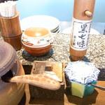 夢乃蕎麦 - カウンターの上には各種薬味が 黒七味も☆♪