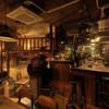 燻製キッチン - 内観写真:ロフト席最大10名 半地下テーブル席最大3~8名 カウンター10名