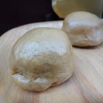 """勝月堂 - 勝月堂 さんの """"湯乃花饅頭"""" です。こちらのお店が 温泉饅頭 の発祥の地と言われています。黒糖を使用した甘さ控えめで、滑らかな漉し餡が ふかしたてで ふっかふか でしっとりした 皮で包まれています。"""