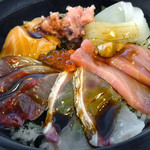 市場食堂 よし - 「海鮮丼」醤油を廻しかけ