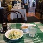 ビッグシェフ - ランチにつくスープとサラダ