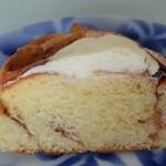 フクロウパン - アップルシナモンロール(チーズクリームトッピング)