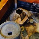 更科すず季 - その他写真:店内の石臼オブジェ