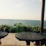 岬 - 窓際前のテラス。