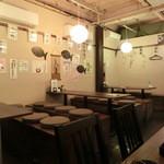 くぐりんしゃい - 壁に沢山の日本酒銘柄と説明が貼ってある。
