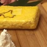 ご当地酒場 北海道八雲町 - 出汁巻玉子はバターを溶かして、カッテージチーズを載せていただきます。