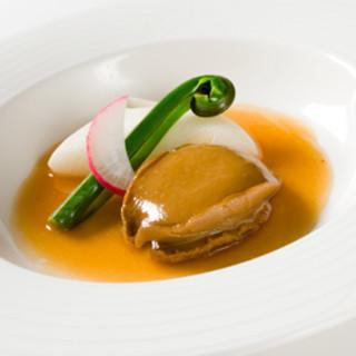 南国酒家 - 料理写真:南国酒家を代表する新しい味。最高級の東北産干し鮑「ふくあわび」の姿煮