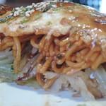 鉄板焼お好み焼 花子 - 肉玉辛麺 断面