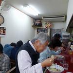 中華そば めんいち - 「めんいち」満席のカウンター席とテーブル席