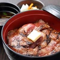 名物ビフテキ丼(自家製お新香・赤出し付)