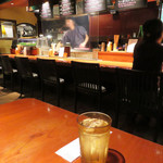 串焼き かりんこ - 柔らかい照明が温かい雰囲気を醸し出した空間です。 カウンター席・テーブル席・小上がりがあります。