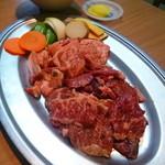 ハウス焼肉亭 - 料理写真:ボリューム満点♪奥がカルビ・手前がサガリ