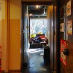 昼呑み小屋 通 - 2階の入り口
