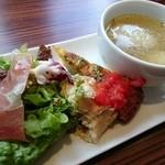 スペインバル カメレオン - イベリコ豚ランチ(1280円) 前菜&スープ