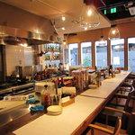 横浜チーズカフェ - カウンター席では調理が見れます!!
