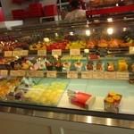 パティスリーアンジュ - お店には美味しいと評判の安藤シェフの作ったチーズケーキを初め様々な綺麗で美味しそうなケーキが並びます。
