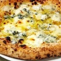 400℃の石窯で焼き上げたイタリア産チーズ使用のゴルゴンゾーラ