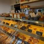 パン ド クルール - またお店に並んだパンはケーキ屋さんの様な対面販売方式でショーケースの中に飾られてます。