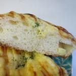 パン ド クルール - チーズをたっぷりと使い焼き上げた焼かれたチーズ独特の香ばしい香りの漂うパンです。