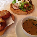 サルマーレ - ドラキュラランチ。スープ、パン、オードブル盛合せ