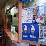 高田アイス - 小さなお店で座れます