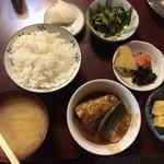 大衆割烹 すみれ - サバみそ定食に、小鉢2種類。