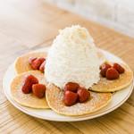 エッグスンシングス - ストロベリー、ホイップクリームとマカデミアナッツのパンケーキ