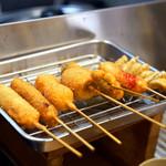 元祖串かつ だるま - 揚げたての串。