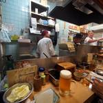 元祖串かつ だるま - 本店はカウンターのみで狭いです。