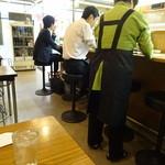 赤坂飯店 - 店内は狭めな感じ