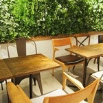 R Baker - 温かな雰囲気のカフェスペース