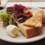 ガーデン&クラフツ カフェ - パンとサラダのセット 塩入りホイップクリームが添えられて。